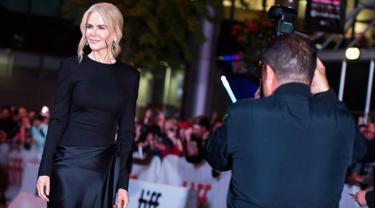 """Fotografer mengambil gambar Nicole Kidman saat menghadiri pemutaran film """"Boy Erased"""" selama Toronto International Film Festival 2018 di Toronto, Kanada (11/9). Nicole Kidman tampil cantik dengan gaun hitam di acara tersebut. (AP Photo/Nathan Denette)"""