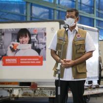 Ketua Satgas Penanganan COVID-19 Doni Monardo dan Menteri Agama Yaqut Qholil Choumas meninjau proses bongkar muat 15 juta vaksin COVID-19 Sinovac di Bandara Soekarno-Hatta, Tangerang, Selasa, (12/1/2021). (Badan Nasional Penanggulangan Bencana/BNPB)