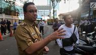 Gubernur DKI Jakarta Anies Baswedan saat meninjau fasilitas publik di kawasan Bundaran HI, Jakarta, Senin (22/4). (Liputan6.com/Johan Tallo)
