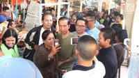 Calon Presiden nomor urut 01 Joko Widodo atau Jokowi berswafoto dengan pengunjung saat melakukan blusukan ke Pasar Cihaurgeulis, Bandung, Minggu (11/11). Jokowi terlihat ditemani oleh Gubernur Jawa Barat Ridwan Kamil. (Liputan6.com/Angga Yuniar)