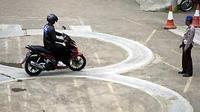 Pemohon SIM mengikuti ujian praktek di Satlantas Polres Sidoarjo. Sejak berlakunya UU nomor 22 tahun 2009 tentang Lalu Lintas dan Angkutan Jalan, angka pemohon SIM di Sidoarjo meningkat. (Antara)