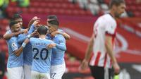 Para pemain Manchester City merayakan gol yang dicetak Kyle Walker ketika The Citizens menang 1-0 atas Sheffield United dalam laga pekan ketujuh Premier League di Bramall Lane Stadium, Sabtu (31/10/2020). (Cath Ivill/Pool via AP)