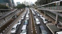 Kendaraan terjebak kemacetan di Jalan HR Rasuna Said, Jakarta, Rabu (6/9). Untuk mengatasi kemacetan, pemerintah mewacanakan pembatasan kendaraan mobil berdasarkan kapasitas mesin (CC kendaraan). (Liputan6.com/Immanuel Antonius)