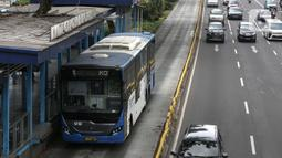 Bus Transjakarta mengambil penumpang di Halte Gelora Bung Karno, Jakarta, Kamis (10/7/2020). Pemprov DKI Jakarta kembali tiadakan aturan ganjil genap berdasarkan nomor polisi kendaraan seiring penerapan pembatasan sosial berskala besar (PSBB), Senin (14/9/2020). (Liputan6.com/Faizal Fanani)