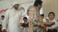 Syekh Ali Jaber Bagikan Al-Quran Braille Digital. Foto: Eva