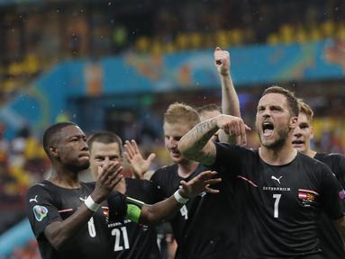 Penyerang Austria, Marko Arnautovic (kanan) berselebrasi dengan rekan-rekannya usai mencetak gol ke gawang Makedonia Utara pada pertandingan grup C Euro 2020 di stadion National Arena di Bucharest, Rumania, Minggu (13/6/2021). Austria menang atas Makedonia Utara dengan skor 3-1. (Robert Ghement/Pool