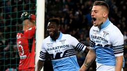 Gelandang Lazio, Sergej Milinkovic-Savic, melakukan selebrasi usai membobol gawang Atalanta pada laga Coppa Italia 2019 di Stadion Olympic, Roma, Rabu (15/5). Lazio menang 2-0 atas Atalanta. (AFP/Vincenzo Pinto)