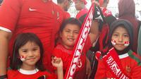 Suporter Timnas Indonesia U-23 mengajak anak dan istri menonton laga Asian Games 2018 di Stadion Wibawa Mukti, Cikarang, Jumat (24/8/2018). (KLY Sports/Fitri Apriani)