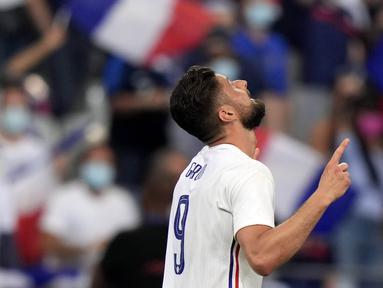Striker Prancis, Olivier Giroud, melakukan selebrasi usai mencetak gol ke gawang Bulgraria pada laga uji coba terakhir jelang Euro 2020 di Stade de France, Rabu (9/6/2021). Prancis menang dengan skor 3-0. (AP/Francois Mori)