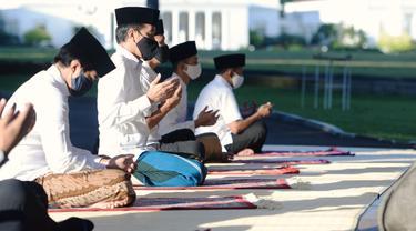 Presiden Jokowi saat salat Idul Fitri 1441 H di halaman depan Wisma Bayurini, Istana Kepresidenan Bogor, pada Minggu (24/5/2020)