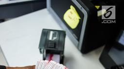 Petugas memperlihatkan Kartu Identitas Anak (KIA) di Kantor Suku Dinas Kependudukan dan Pencatatan Sipil (Dukcapil) Jakarta Pusat, Selasa (27/11). Tahun 2019, Dukcapil Jakarta Pusat menargetkan 300.000 KIA dicetak. (Liputan6.com/Faizal Fanani)