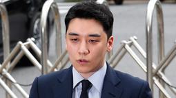 Mantan anggota boyband BIGBANG, Seungri memberikan keterangan kepada awak media setibanya untuk menjalani interogasi di Kantor Polisi Metropolitan Seoul, Rabu (28/8/2019). Polisi memanggil Seungri untuk memberikan keterangan atas tuduhan kasus perjudian di luar negeri. (AP/Ahn Young-joon)