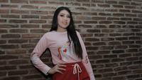 Penyanyi dangdut, Via Vallen, berpose usai jumpa pers di Studio Toha, Ciputat, Rabu, (06/6/2018). Via Vallen akan menyanyikan lagu yang bertajuk Meraih Bintang pada Asian Games 2018. (Bola.com/M Iqbal Ichsan)