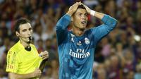 Cristiano Ronaldo, usai diusir wasit, Ronaldo menerima kartu kuning kedua dan secara otomatis menerima kartu merah pada laga Piala Super Spanyol 2017 melawan Barcelona di Camp Nou stadium,Barcelona, (13/8/2017). Real Madrid menang 3-1. (AP/Manu Fernandez)