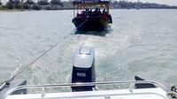 Kapal Andong yang mogok di tengah laut ditarik oleh Speed Boat Satuan Polair Polres Kebumen. (Liputan6.com/Polres Kebumen/Muhamad Ridlo)