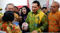 Komisaris Utama PT Berkarya Makmur Sejahtera Hutomo Mandala Putra atau Tommy Soeharto mengecek produk saat meresmikan gerai Goro di Cibubur, Bogor, Rabu (17/10). Tommy menjelaskan, Goro akan membina UMKM yang ada di sekitarnya. (Liputan6.com/HO/Dana)