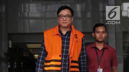 Direktur Operasional Lippo Group, Billy Sindoro memakai rompi tahanan usai menjalani pemeriksaan di gedung KPK, Jakarta, Selasa (16/10). Billy Sindoro resmi ditahan terkait kasus suap perizinan proyek pembangunan Meikarta. (merdeka.com/Dwi Narwoko)