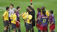 Kiper Arsenal, Jens Lehmann (kiri), menerima kartu merah pada laga final Liga Champions melawan Barcelona, di Stade de France, 17 Mei 2006. (AFP/Gabriel Bouys)