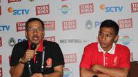 Pelatih PS TNI, Mustaqim dan pemain sayap, Ahmad Nufiandani mengomentari hasil pertandingan melawan Persija Jakarta. (Bola.com/Permana Kusumadijaya)
