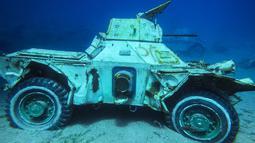 Kendaraan lapis baja Angkatan Bersenjata Yordania yang tenggelam di dasar laut Laut Merah di lepas pantai kota pelabuhan selatan Aqaba, pada 23 Juli 2019. Kendaraan tempur ini menjadi bagian dari museum militer bawah laut yang baru. (Aqaba Special Economic Zone Authority / AFP)