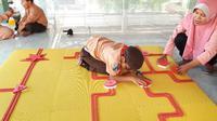 Fikria Nur Baiti, mahasiswa Institut Teknologi Sepuluh Nopember (ITS) mempersembahkan tugas akhir (TA) untuk anak penyandang tunanetra dengan menciptakan mainan khusus. (Foto: Liputan6.com/Dian Kurniawan)