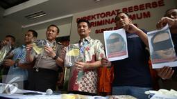 Subdit 3 Resmob Ditreskrimum menunjukan barang bukti dan foto pelaku begal yang tewas di Jakarta, Jumat (26/8). Barang bukti 3 motor, 2 senjata tajam, 1 kunci leter T dan 2 senjata api rakitan jenis Revolver berserta peluru. (Liputan6.com/Faizal Fanani)
