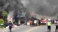 Kebakaran melanda tiga toko mebel dan perabot Tunggal Jaya di Jalan Kartini No 44 A Rembang Kota, Rabu siang (5/8/2020). (Liputan6.com/ Ahmad Adirin)