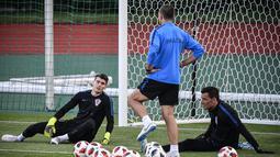 Kiper Kroasia, Dominik Livakovic (kiri) dan Lovre Kalinic (kanan) saat ambil bagian dalam sesi latihan di Lapangan Luzhniki, Moskow, Rusia, Senin (9/7). Kroasia akan menghadapi Inggris pada laga semifinal Piala Dunia 2018. (Alexander NEMENOV/AFP)