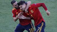 Striker Spanyol, Alvaro Morata (kanan) melakukan selebrasi bersama Jordi Alba usai mencetak gol ke gawang Polandia dalam laga Grup E Euro 2020 di La Cartuja Stadium, Sevilla, Minggu (20/6/2021) dini hari WIB. (Foto: AP/Pool/Jose Manuel Vidal)