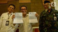 Helmy Yahya (tengah) menunjukkan surat pemberhentiannya sebagai Direktur Utama TVRI dalam konferensi pers di Jakarta, Jumat (17/1/2020). Pembelian hak siar Liga Inggris menjadi salah satu faktor penyebab pemberhentian Helmy Yahya dari jabatan Dirut oleh Dewan Pengawas TVRI. (merdeka.com/Imam Buhori)