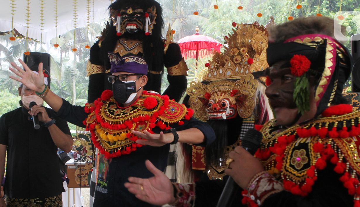 Menteri Pariwisata dan Ekonomi Kreatif Sandiaga Salahuddin Uno belajar menari Barong di Desa Wisata Carangsari, Badung, Bali, Sabtu (25/9/2021). Desa Carangsari merupakan desa tempat kelahiran pahlawan nasional Asal Bali I Gusti Ngurah Rai. (Liputan6.com/HO/Parekraf)