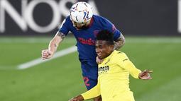 Pemain Atletico Madrid, Mario Hermoso, duel udara dengan pemain Villareal, Samuel Chukwueze, pada laga Liga Spanyol di Stadion Ceramica, Minggu (28/2/2021). Atletico Madrid menang dengan skor 2-0. (AP/Jose Breton)