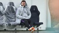 Pelatih Tottenham Hotspur, Mauricio Pochettino menyaksikan pemainnya berlatih di Pusat Pelatihan Enfield, London utara (12/2). Tottenham akan bertanding melawan Borrusia Dortmund pada 16 besar Liga Champions di stadion Wambley. (AFP Photo/Glyn Kirk)