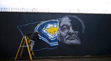 Seniman Richard Wilson saat membuat mural manajer Leicester City Claudio Ranieri di Leicester, Inggris 29 April 2016. (REUTERS / Darren Staples)