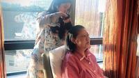 Annisa Pohan sedang menyisir rambut ibu mertuanya, Ani Yudhoyono, saat di rumah sakit (Dok.Instagram/@annisayudhoyono/https://www.instagram.com/p/BvS2PwYDlnC/Komarudin)