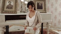 Selanjutnya, Nikita mengenakan outfit yang serba putih. Mulai dari dress, tas dan heelsnya. Meski tak diketahui nominal harganya, cukup tanpak bahwa look perempuan yang satu ini cukup mewah. (Instagram/nikitawillyofficial94)