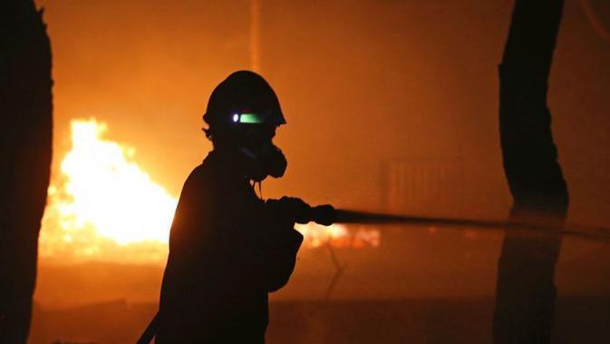 Otoritas tengah memadamkan kebakaran di Yunani, Juli 2018 (Thanassis Stavrakis / AP PHOTO)