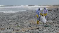 Tentara Angkatan Laut Sri Lanka menghilangkan puing-puing dari kapal kontainer MV X-Press Pearl yang terdampar di sebuah pantai di Kolombo, Jumat (28/5/2021). Kapal berbendera Singapura yang membawa 25 ton asam nitrat itu terbakar di lepas pantai Kolombo. (Ishara S. KODIKARA/AFP)