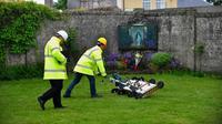 Ada 800 bayi yang meninggal dan dikubur. Kuburan masal di Irlandia yang sudah berumur lebih dari 60 tahun ini kini ditemukan di septic tank. | via: thesun.co.uk