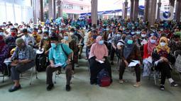 Peserta menunggu untuk disuntik vaksin COVID-19 saat vaksinasi massal di Gedung Pemerintah Kota Tangerang, Banten, Kamis (25/2/2021). Sebanyak 6.000 petugas pelayanan publik dan guru di Kota Tangerang menjalani vaksinasi COVID-19. (Liputan6.com/Angga Yuniar)
