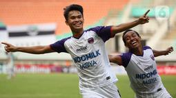 Rifky Dwi Septiawan (kiri) sukses mencetak gol indah dari luar kotak penalti saat melawan Persela Lamongan. Gelandang bertahan Persita Tangerang tersebut melakukan hal tersebut di umurnya yang masih 19 tahun 7 bulan 14 hari. (Bola.com/ Ikhwan Yanuar Harun)