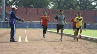 Lusinan calon wasit asal Jatim untuk Liga 1 2021 menjalani tes kebugaran. (Bola.com/Gatot Susetyo)