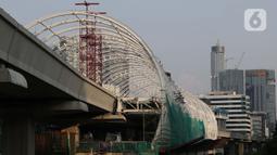 Aktivitas pengerjaan proyek pembangunan Light Rail Transit (LRT), di Jalan Rasuna Said, Jakarta, Kamis (14/5/2020). Proyek dengan nilai kontrak Rp21,77 triliun yang masuk Proyek Strategis Nasional (PSN) terus kerjakan menyesuaikan target penyelesaian 30 Juni 2021. (Liputan6.com/Helmi Fithriansyah)