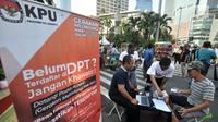 Warga melakukan pendaftaran daftar pemilih tetap (DPT) di kawasan Car Free Day, Jakarta, Minggu (21/10). Di pos pendaftaran ini warga juga dapat mengecek apakah namanya sudah tercantum dalam DPT Pemilu 2019 atau belum. (Merdeka.com/Iqbal S. Nugroho)