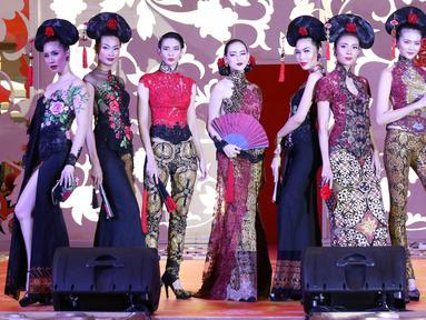 Sejumlah model mengenakan busana rancangan desainer Anne Avantie dalam peragaan bertajuk Pecinan Jaman Now di Mal Taman Anggrek, Jakarta, Jumat (9/2). Kegiatan ini masuk dalam rangkaian acara Pasar Tiban. (Liputan6.com/Immanuel Antonius)