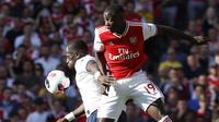 Gelandang Arsenal, Nicolas Pepe berebut bola dengan gelandang Tottenham Hotspur, Moussa Sissoko selama pertandingan Liga Inggris di stadion Emirates di London (1/9/2019). Arsenal bermain imbang 2-2 atas Tottenham. (AP Photo/Alastair Grant)