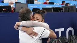 Sunisa Lee tak mampu membendung air mata usai berhasil meraih medali emas Olimpiade Tokyo 2020. Lee mengenang perjuangannya untuk sampai ke Olimpiade 2020 tidaklah mudah. (Foto: AP/Gregory Bull)