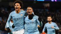 Gelandang Manchester City, Leroy Sane, bersama Gabriel Jesus, melakukan selebrasi usai membobol gawang Hoffenheim pada laga Liga Champions di Stadion Etihad, Rabu (12/12). Manchester City menang 2-1 atas Hoffenheim. (AFP/Paul Ellis)