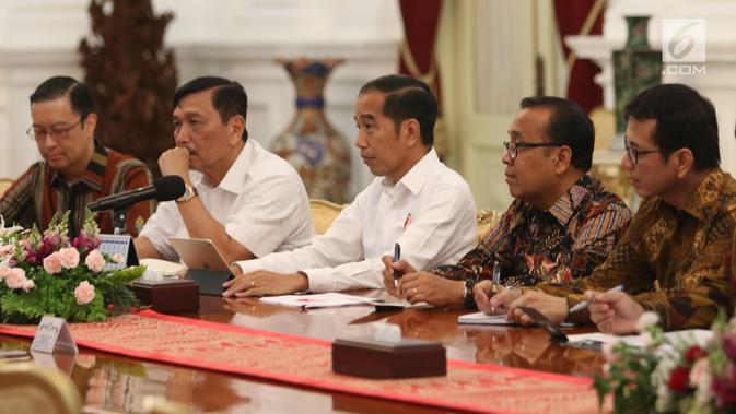 Presiden Joko Widodo (Jokowi) didampingi sejumlah Menteri Kabinet Kerja menerima Presiden Direktur SoftBank Masayoshi Son di Istana Merdeka, Senin (29/7/2019). Masayashi Son datang bersama bos perusahaan dimana Softbank telah menanamkan modalnya, yakni Grab dan Tokopedia. (Liputan6.com/Angga Yuniar)