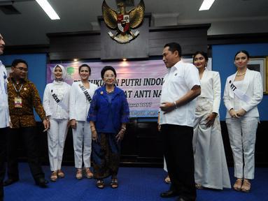 Kepala BNN, Budi Waseso (ketiga kanan) berbincang dengan pendiri YPI Mooryati Soedibyo (tengah) usai memberikan pembekalan anti narkotika kepada finalis Puteri Indonesia 2017 di Jakarta,  Senin (27/3). (Liputan6.com/Helmi Fithriansyah)